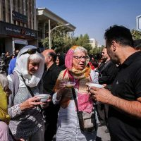توریست های خارجی در مراسم عزاداری/ نذری گرفتن توریست های خارجی در مراسم عزاداری روز عاشورا+عکس